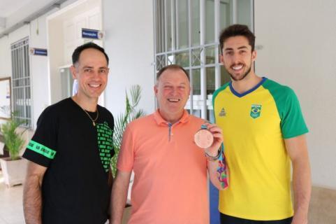 Lucas L�h, medalhista de bronze no Pan-americano, com Vandir e Alvaro no Col�gio La Salle