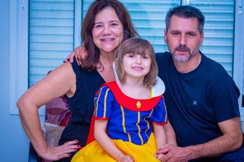 6 ANOS - Jaqueline e Nei presenteiam Bárbara Bianchi com um belíssimo vestido da branca de neve. Felicidades princesinha!!!