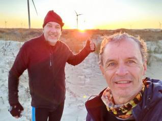 De bicicleta, Marcos Lemanski se aventura na Praia do Cassino