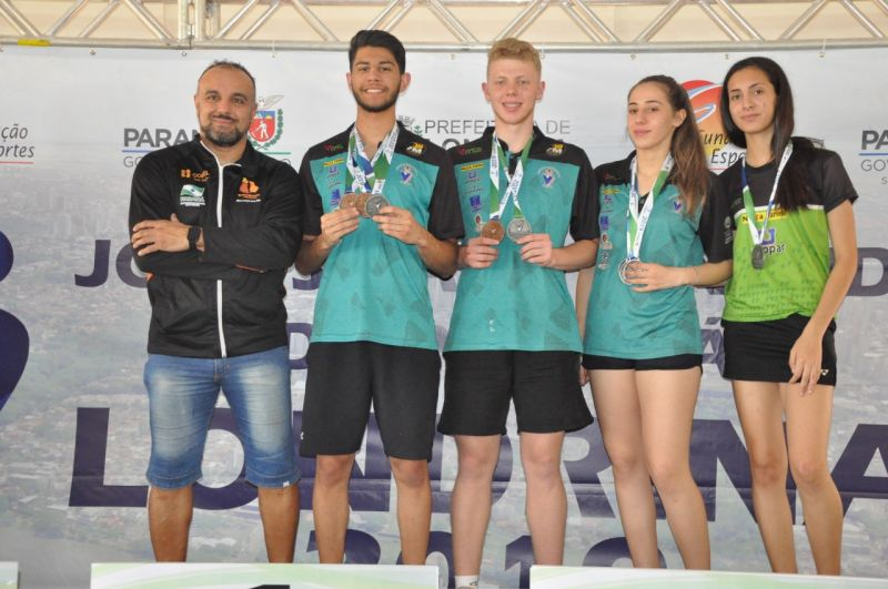 Anfitri�es e Curitiba dominam p�dio e levam t�tulo geral do badminton nos JOJUPS