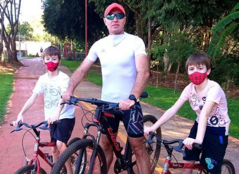 Leandro Falcade com os filhos Igor Felipe e Raul Vitor