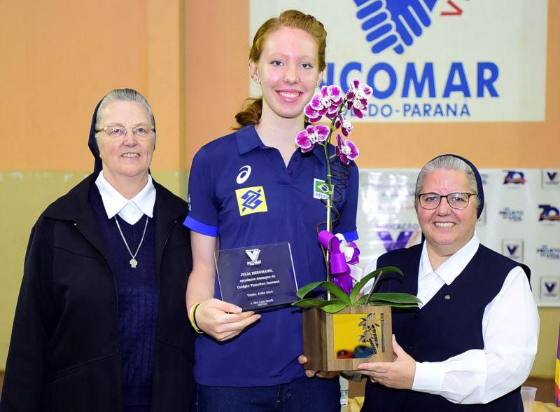 Julia Bergmann recebe homenagem no Colégio Incomar